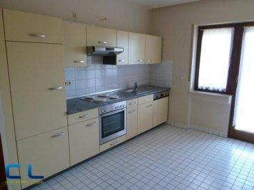 Kirchberg appartement 104 m2, dans une résidence de construction traditionnelle, situé au 4ème étage avec ascenseur.  Comprenant: Hall d'entrée avec vestiaire, living - salle à manger et sortie un balcon de 6,00 m2, une cuisine équipée (neuve) avec accès à un 2ème balcon de 6,00 m2, WC séparé, salle de bains avec baignoire, emplacement pour machines à laver et sécher, 2 chambres à coucher de 15,00 m2 et 17,00 m2, cave de 3,50 m2, séchoir commun, parking souterrain. Résidence propre, appartement en parfait état. Double vitrage, carrelage et marbre au sol, toile de verre sur les murs, peintures refaites a neuf  Bonne situation au calme, bus à deux pas de l'immeuble. Proche des commerces, transports publics, écoles/crèches, banques, maison relais, autoroute,  Libre et habitable de suite. Passeport énergétique en cours de réalisation. Ref agence :1022507