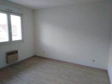 APPARTEMENT PROCHE CENTRE, AVEC GARAGE Comp: entrée, cuisine aménagée ouvert sur séjour, 2 chambres, salle de bain et wc.