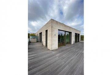 PENTHOUSE EXCLUSIF<br>RE/MAX, spécialiste de l\'immobilier au Luxembourg vous propose ce magnifique Penthouse de standing situé à deux pas de la place de l\'Etoile (Stäreplaz).  Il dispose d\'une superbe terrasse et d\'une vue magnifique sur Luxembourg (orientation SE,SO).  Situé au 4ème étage avec ascenseur, ce Penthouse a une surface de 85m² + 75m² de terrasse.  Grand living avec cheminée, cuisine américaine, grande chambre, bureau (possibilité de dressing ou chambre d\'enfant), salle de douche, hall d\'entrée.  Volets électriques, parquet chêne etc.  La propriété dispose également d\'une cave réfrigérée, un local à vélos ainsi qu\'un garage avec ascenseur pour 2 voitures.  La commission d\'agence est incluse dans le prix de vente et elle est supportée par la partie venderesse.<br>