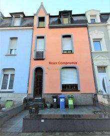 *** SOUS COMPROMIS ***  CONCILIUM Immobilière, Vous propose en exclusivité une belle et charmante maison mitoyenne d'une surface totale de  /- 200,20m2 dont 138,11m2 habitable à Esch-sur-Alzette, se composant comme suit:  - 1 Cuisine équipée (salle à part entière) - 1 Salle à manger, - 1 Salon, - 2 Salles de bain avec WC , - 6 Chambres à coucher, - 1 Cave , - 1 Terrasse, - 1 Jardin,  Toiture et façade avant et arrière rénovées en 2016, le Grenier est  aménageable.             A visiter sans tarder !  En cas de questions ou si vous aimeriez faire votre propre impression de cette habitation, nous vous invitons à nous contacter.  ***Nous recherchons en permanence pour la vente et pour la location, des appartements, maisons, terrains à bâtir etc pour notre clientèle. N?hésitez pas à nous contacter si vous avez un bien pour la vente ou la location.***   Estimations gratuites. Pour l?obtention de votre crédit, notre relation avec nos partenaires financiers vous permettront d?avoir les meilleurs conditions, inclus dans nos services GRATUITS.  Ref agence :137