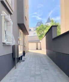 A LOUER APPARTEMENT AU DERNIER ETAGE DE 1 CHAMBRE A LUXEMBOURG-LIMPERTSBERG  LIBRE AU 1er  SEPTEMBRE - POSSIBILITE DE LOUER A COURS TERME MINIMUM SIX MOIS  CHEZ TOIT IMMOBILIERE, vous propose en location un appartement au dernier étage de 1 chambre à Luxembourg-Limpertberg  Lumineux et bien agencé il offre:  Hall avec porte blindée, armoire encastrée, espace séjour, cuisine équipée individuelle, 1 chambre à coucher, salle de douche.  Cave, buanderie et garage box viennent compléter le bien  A proximité du tram, commerces, centre ville.