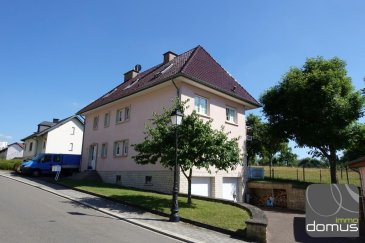 À 5 min du Centre Ville de Luxembourg et pourtant vue sur la campagne, cet appartement Rez-de-Jardin est idéal pour profiter du calme et de la nature. <br>L\'immeuble qui abrite que 2 unités, un appartement rez-de-jardin et un duplex au 1er et 2ième étage,  a été construit en 1992.<br>L\'appartement de 86 m2 bénéficie d\'une très grande terrasse et d\'un jardin privé lequel on accède aussi bien du living que par la cuisine.<br>Au sous-sol: Garage fermé, buanderie privé, cave<br>Au rez-de-chaussée: hall avec Vidéophone, WC sép.avec fenêtre, living avec cheminée, cuisine mi-ouverte et entièrement équipée, deux chambres à coucher (14 et 12 m2), salle de bain avec douche et baignoire, WC et lavabos, fenêtre.<br>L\'appartement comme tout l\'immeuble sont parfaitement entretenus.<br>Disponibilités: fin 2017<br><br />Ref agence :103332