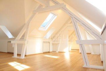 Sigelux Real Estate vous propose à la location cet appartement entièrement rénové en 2017. Situé en plein centre-ville, L-1368 Luxembourg 5, rue du Curé, au 4éme et dernier étage d'un bel immeuble d'époque.  Surface habitale de +/- 85m2  - hall d'entrée,  - spacieuse cuisine équipée ouverte, avec de nombreux rangements - un salon séjour de +/- 60m2 - 1 chambre sous les toits de +/-13 m2 - salle de douche avec 2 lavabo,  - une toilette séparée - raccordement machine à laver - climatisation  - chauffage au gaz de ville  - fenêtres en double vitrage et volets électriques  - ascenseur et visiophone  Les sols sont en parquet et carrelage.   Cet appartement de par ses nombreux puits de lumière offre une excellente luminosité, et les poutres apparentes en font tout son charme.  Sa situation en plein centre-ville est idéale pour un jeune couple, à proximité des restaurants, commerces…. Les transports publics sont accessibles en quelques minutes à pied pour vous conduire au Kirchberg, à la gare…   DISPONIBLE DE SUITE  Loyer: 2200 euros Charges : 300 euros   Pour plus de renseignement ou un Rendez-Vous pour visiter contactez : SIGELUX : 46 71 31 ou info@sigelux.lu  Caractéristiques