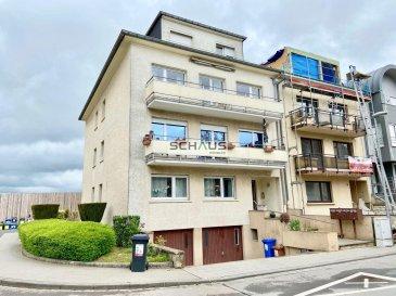 Schaus Immobilier propose à la vente cet appartement sis au deuxième étage d\'une résidence à quatre unités idéalement implanté à Esch Lallange, se composant comme suit :<br><br>-Hall d\'entrée avec deux débarras<br><br>-Grand salon/salle à manger d\'une surface d\'environ 36,50m2 bénéficiant d\'une excellente luminosité avec un accès à un premier balcon équipé d\'une marquise.<br><br>-Cuisine équipée et aménagée<br><br>-Trois chambres dont les surfaces respectives sont d\'environ 9,90m2, 10,70m2 et 18,50m2. Un second balcon est accessible depuis la dernière chambre.<br><br>-Salle de douche avec fenêtre<br><br>-WC séparé.<br><br>Le bien est complété par :<br>-Buanderie commune<br><br>-Cave privative<br><br>-Garage intérieur pour une voiture, équipée d\'une porte motorisée.<br><br>Concernant les équipements de l\'appartement, il convient de préciser que :<br>-Les fenêtres sont en double vitrage et disposent de volets roulants<br>-La fibre optique est installée dans l\'appartement<br>-L\'immeuble est chauffé au gaz.<br><br>Nous sommes à votre disposition pour tout renseignement complémentaire et un rendez-vous de visite.<br><br>Les honoraires de négociation sont à la charge du vendeur.<br>