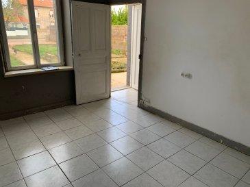 Maison à conforter !!  Une maison mitoyenne d'environ 95m² sur 3.5ares se composant ainsi :   - RDC : Entrée, salon, cuisine séparée, salle d'eau (douche + w-c)  - Etage : 2 chambres (avec parquet) dont une passante  - Combles aménagés : une grande pièce pouvant servir de salle de jeu ou de troisième chambre.  Une cave, pas de garage, façade récente, DVPVC, toiture ok, élec ok, installation chauffage électrique (prévoir l'achat des radiateurs)