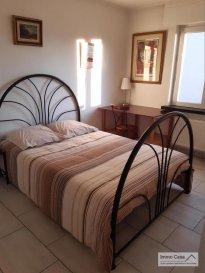 Très belle chambre meublée à louer en co-location situé au RDC (maison haut standing), espaces biens  éclairés, d\'une surface habitable de +/- 25 m2 composée d\'un lit (140 cm), deux chevets, une armoire-penderie, salle de bain partagée avec avec un co-locataire, bureau/chaise et Wifi, coin repas, salle de douche partagée avec un co-locataire, terrasse et jardin.<br><br>Les ustensiles de cuisine ne sont pas fournis. Vous disposerez d\'une zone commune réservée à l\'usage des trois co-locataires du rdc avec une table de salle à manger, réfrigérateur, plaques chauffantes et meuble de rangement.<br><br>Chambre à coucher (lot. no. 3)<br>Salle de douche/lavabo/WC<br>Coin repas<br>Parking extérieur<br>Terrasse<br>Jardin<br><br>Options:<br>Chauffage au gaz<br>Jacuzzi et sauna (moyennant 39,- EUR de l\'heure pour les deux)<br>Machine à laver<br>Terrasse <br>Jardin<br><br>Deux formules de location sont possibles, comme suit:<br><br>Pour personne seule TTC 850,- EUR (sans services) / Caution: 1700,- EUR et 1130,- EUR (avec services) / Caution: 2260,- EUR<br>Pour couple TTC        1100,- EUR (sans services) / Caution: 2200,- EUR et 1380,- EUR (avec services) / Caution: 2760,- EUR <br><br>Caution: Si le(s) locataire(s) n\'a pas/n\'nt pas de CDI de 12 mois ou plus, trois mois de caution seront demandés au lieu de deux, sauf si la/les personne(s) concernée(s) a/ont un garant.<br><br>Disponibilité: IMMÉDIATE !!!!<br><br>Merci d\'avance pour l\'intérêt que vous portez à cet objet et à nos services. <br><br>Appelez nous pour une visite on vous le fera découvrir. Veuillez, s.v.p., respecter les ordres sanitaires actuelles (Covid19 oblige). Merci d\'avance.<br><br>Nous sommes aussi disponibles pour visites le samedi selon la disponibilité des propriétaires.<br><br>Pour d\'autres annonces non présentés sur ce site, visitez www.immocasa.lu<br><br>Nous recherchons en permanence pour la vente et pour la location des appartements, maisons, terrains à bâtir et projets autorisés pour client
