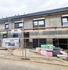 *** Nouveau projet de 4 maisons unifamiliales ***  -FR-  Situé à Bettendorf, dans une rue très calme, à 6 mn de Diekirch. Il se constitue de 4 maisons d'une surface totale d'environ 216 m2 – 281 m2. Toutes les maisons disposent d'une grande terrasse et un jardin (avec abri de jardin)  MAISON LOT 2 d'une surface totale de 266.28m2 + terrasse de 43.70m2, se compose comme suit :  Rez-de-chaussée : salon avec cuisine ouverte et salle à manger avec accès sur terrasse et jardin, vestiaire, wc séparée, buanderie et local technique, garage et deux emplacements extérieurs devant la garage.  1er étage : 3 chambres (dont une parentale avec dressing et accès sur une terrasse de 18m2), bureau (ou encore une chambre), une salle de bain et un wc séparée  2ème étage : grenier aménageable, local technique  Le projet étant encore en phase de construction, diverses modifications peuvent être fait à la demande du client.   Le prix est exprimé à TVA 3%.  Pour plus de renseignements, n'hésitez pas à nous contacter, afin de réaliser ensemble le plan de votre futur projet.  Contact: E-Mail : info@fn-promotion.lu  / GSM: +352 621 139 988  Réf agence : BTNFR LOT 002  *******  -DE-  Sehr ruhige Lage in Bettendorf, 6min von Diekirch entfernt.  Das Projekt besteht aus 4 Einfamilienhäusern mit einer Gesamtfläche von 216m2 – 281 m2. Alle Häuser verfügen über eine Terrasse mit Garten. (mit Gartenhäuschen)  HAUS LOT 2 beinhaltet eine Gesamtfläche von 266.28m2, sowie auch einer zusätzlichen Terrasse von 43.70m2 und setzt sich wie folgt zusammen:  Erdgeschoss: Wohnzimmer mit offener Küche und Essbereich mit Zugang zur Terrasse und Garten, Eingangshalle, Gäste-WC, Waschraum, Technik-Raum, sowie auch Garage und zwei weitere Stellplätze vor der Garage.  1. Stockwerk: 3 Schlafzimmer (eins davon mit Dressing und Zugang zur Terrasse von 18m2), ein Büro (oder ein weiteres Schlafzimmer), ein Badezimmer, sowie auch eine separate Toilette  2. Stockwerk: bewohnbares Dachgeschoss, Technik-Raum  Da sich das Proje