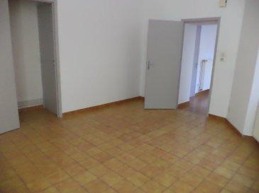 Au centre ville, à 5 minutes de la gare  Maison en duplex en fond de cour comprenant : une cuisine aménagée, un salon, une cave, un WC, deux chambres, une salle de douche refaite à neuf.