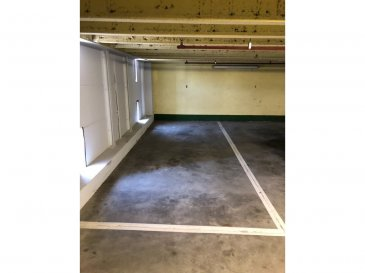 L'Agence Immobilière Nia Domo vous propose un Parking(Emplacement intérieur) à vendre qui se trouve dans le parking Garage du Capitole, rue du fort Neipperg, à côté de la Gare à Luxembourg-ville.    Les dimensions du Parking: 2,40 x 6,00   N'hésitez pas à nous contacter sous les numéros suivants pour plus de renseignements: +352 691 666 415
