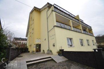 L\'agence immobilière Christine Simon Sàrl ayant un mandat exclusif vous propose ce complexe hôtelier avec ses 10 chambres situé à PERL (D).<br>Idéal pour un investisseur !<br><br>L\'hôtel d\'environ 296,26 m2, se compose d\'une entrée principale avec réception, une cuisine équipée avec une très belle salle petit-déjeuner ainsi que 10 chambres complètement équipées, chacune avec une salle de bains individuelle.<br><br>La localité PERL (D) se trouve au coeur des 3 frontières, l\'Allemagne le Luxembourg et la France. Perl est une localité agréable à vivre aussi bien pour des jeunes que pour les personnes âgées. Dans la commune et celles voisines se trouvent de nombreux commerces, écoles p.ex. école fondamentale et le Lycée de Schengen ainsi que des crèches accessibles à pied. L\'entrée de l\'autoroute Saarebruck-Luxembourg est à quelques minutes en voiture.<br><br>Distances de Perl à:<br>02 km à L-Schengen<br>24 km à D-Merzig<br>27 km à D-Saarburg<br>45 km à L-Kirchberg<br><br>Pour plus d\'informations, n\'hésitez pas à contacter l\'agence par eMail: info@chrisitinesimon.lu ou par téléphone: +352 26 53 00 30.<br>Les honoraires d\'agence sont à charge de l\'acquéreur  (3,57 %). <br><br /><br />Die Immobilienagentur Christine SIMON GmbH mit Alleinauftrag, bietet Ihnen zum Verkauf eine Hotelanlage mit 10 Zimmer gelegen in Perl (D).<br>Ideal für Investoren !<br><br>Zu der Hotelanlage mit ungefähr 296,26 qm gehören eine Rezeption im Eingangsbereich, eine Küche mit einem schönen Frühstücksraum und jeweils 10 geräumige voll ausgestattete Zimmer mit eigenem Badezimmer.<br><br>Perl (D) befindet sich im grenzenlosen Dreiländereck Deutschland, Luxemburg und Frankreich und ist ein sehr angenehmer Wohnort. Perl hat sowie für junge und ältere Leute viel zu bieten. In der Gemeinde und in den Nachbargegenden gibt es zahlreiche größere Einkaufsmärkte, Schulen, u.a. die grenzüberschreitende Gemeinschaftsschule \