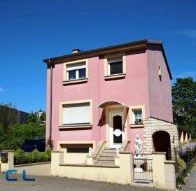 RESERVEE  Esch -Lallange maison individuelle à louer;  (2 CH/C).  Rdch: une cuisine équipée, un salon et salle a manger. Étage: 2 chambres à coucher, une salle de bain, Sous sol: cave, garage, wc séparé,  Arrière maison: une terrasse,  un jardin avec maisonnette.   Disponible le 01.08.21  Frais d\'agence à charge du locataire: 1 mois de loyer = 1600€+TVA    Ref agence : EACVPL47