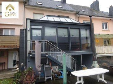 Belle maison mitoyenne d\'une surface habitable de +/- 160 m² dans une rue calme à Schifflange.<br><br>Celle-ci se compose comme suit: <br><br>Rez-de-chaussée:<br>* Hall d\'entrée avec vestiaire,<br>* wc séparé,<br>* Salle à manger,<br>* Living avec poêle à bois,<br>* Cuisine entièrement équipée (Kichechef 2013) ouverte sur une véranda donnant accès au jardin avec piscine chauffée;<br><br>Au 1er étage:<br>* Hall de nuit,<br>* 2 chambres à coucher,<br>* Bureau,<br><br>Au 2ième étage:<br>* 2 chambres à coucher,<br>* Bureau,<br>* Grenier isolé (Stockage).<br><br>Pour compléter ce bien, un garage, une buanderie, un local technique/atelier, un sauna et une cave avec accès au jardin s\'y ajoutent.<br><br>Pour tout renseignements supplémentaires ou une visite (visites également possibles le samedi sur rdv), veuillez contacter le 28.66.39.1.<br><br><br />Ref agence :72478