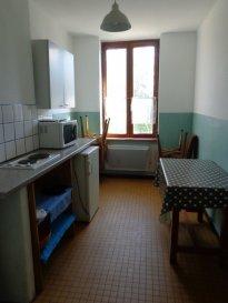 CENTRE VILLE DE METZ, rue de la Basse Seille, au 2ème étage, appartement une pièce équipée comprenant une cuisine équipée et meublée, une chambre, une salle de bains/WC. Chauffage électrique. Disponible de suite.  Honoraires d'agence selon LOI ALUR: 231.60 € pour les visites, la constitution du dossier, la rédaction du bail 3€/m² pour l'état des lieux soit 86.85 €,  soit un total de 318.45 €