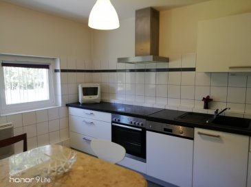 Montigny-lès-Metz Investisseurs  F2 loué, état neuf.                               Spécial investisseur   Dans une copropriété  très bien tenue de 3 lots, au rez-de chaussée, un appartement composé d'une entrée, un séjour, une chambre, une cuisine équipée, une salle d'eau, un wc. une buanderie et un jardinet. Loué  667€  plus 10 euros en charge forfait.