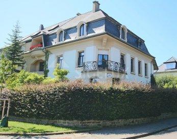 Sigelux Real Estate vous propose à la location cette belle maison de maître située au Limpertsberg, 23, rue des cerisiers L- 1322 Luxembourg.  Elle offre une surface habitable de +/-250m2 sur un terrain de 4.69 ares, et se compose comme suit :      -Un vaste hall d'entrée       -Living de 22m2      -Salle à manger de 29m2      -Cuisine équipée indépendante avec accès terrasse       -Toilette séparée   Au 1er étage      -3 Grandes chambres de 14m2, 21m2 et 16m2      -Une salle de bain avec baignoire, double lavabo  Au 2éme étage       -2 Grandes chambres de 16 et 20m2      -Une salle de bain, double lavabo      -Un grand espace combles sur 2 étages   Au sous-sol       -Buanderie      -Cave       -  Cave à vin      -  Chaufferie       -Garage pour 1 véhicule   Les sols sont en parquets, le chauffage est au gaz de ville, la maison est équipée d'un système d'alarme, volets roulants, 1 emplacement extérieur   DISPONIBILITE IMMEDIATE   Loyer : 6000 € Garantie locative : 18 000 €  Frais d'agence: 1 mois de loyer + tva  Pour tout renseignement ou un rendez-vous pour visiter, contactez. SIGELUX au 46 71 31 ou info@sigelux.lu