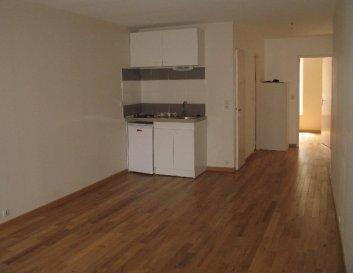 2 pièces - 37.91m2 - NANCY.  Appartement au deuxième étage d'un immeuble situé rue Saint Julien à Nancy. Il comprend une entrée, un coin cuisine avec plaques et hotte ouver sur le séjour, une chambre, une salle de bains et wc séparés.  Chauffage individuel électrique.