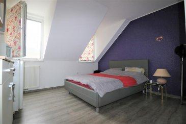 Contact par mail : lydie.popadenec@remax.lu  RE/MAX, spécialiste de l'immobilier à Schrassig, vous propose à la location dans un bel immeuble, situé dans la commune de Schuttrange une  belle chambre de +/- 13m2, style contemporain, avec sa salle de bain partagée (+/-10m2).  Équipement de la chambre : grand lit, matelas, penderie, frigo, micro-onde, 2 fenêtres double vitrage,  chauffage gaz, salle de bain en commun (2 chambres) : baignoire-douche, WC suspendu, 1 fenêtre, parking communale à proximité. Ménage dans la chambre et la salle de bain et changement des draps inclus Prestation soignées. Machine à laver et sèche linge à disposition Libre 1er juillet Convient pour une personne seule - bail d'un an minimum Non fumeur Animaux pas admis CDI ou CDD d'un an Étudiant avec garant Loyer et charges inclus : 675 euros Dépôt de garantie 2 mois  Commission d'agence à la charge du locataire : 125% du loyer + TVA    Ref agence :5096331