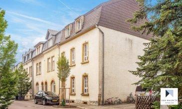 Située à Limpertsberg, au 13, rue de Gibralter, au calme, dans une rue sans issue, cette maison de 1930, libre de trois côtés, sur un terrain de 3a 30ca, bénéficie de ± 285 m² dont ± 234 m² habitables. Elle se compose comme suit :  Au rez-de-chaussée : d'une entrée de ± 11 m² avec un wc séparé et un débarras ; d'un séjour de ± 28 m² avec le parquet d'origine ; d'une cuisine séparée ± 12 m² avec une sortie sur un balcon.  Au 1er étage : d'un couloir et d'un escalier d'époque de ± 11 m² ; de 3 chambres de ± 21, 15 et 13 m² ; d'une salle de douche (douche, vasque et wc) de ± 4 m².  Au 2ème étage : d'un palier de ± 4.5 m² ; de 2 chambres avec leurs mezzanines une de ± 18 m² et l'autre de 24 m² ; d'une salle de bain (baignoire, douche, double vasque et wc) et d'un wc séparé.  Au sous-sol : d'un hall de ± 14 m², d'un studio de ± 44 m² comprenant coin cuisine avec sortie sur le jardin, de deux caves de ± 16.5 et 14 m² et, d'un local technique-chaudière au gaz de marque Buderus, d'une salle de douche de ± 3 m² et d'une buanderie de ± 4 m².  Le jardin, sans vis-à-vis, est clôturé. Le bien est vendu avec deux emplacements de parking.    Généralités :  - Chauffage au gaz ;  - Internet haut débit ; - Alarme ; - Hauteur sous plafond 2.7 et 2.9 m ;  - Eléments d'époque : parquet, moulures, escalier ; - Studio avec accès indépendant ; - Jardin intimiste, sans vis-à-vis ; - Travaux de rafraichissement à prévoir.  Agent responsable : Katia Gravière au 661 33 29 82 ou katia@vanmaurits.lu