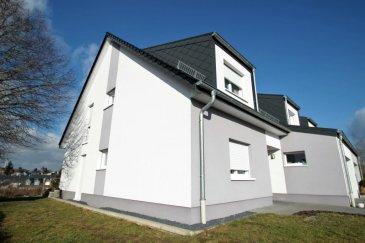 Dans la commune de Parc Hosingen, à 15mns d'Ettelbrück, cette maison jumelée de construction 2012 se situe au coeur d'une rue résidentielle très calme avec un accès aisé à la voie rapide et aux commerces, en nombre. D'une superficie habitable de 245m², elle séduit par ses beaux volumes. A noter la classification A/B qui permet d'assurer des coûts de chauffage extrémement bas grâce à la géothermie. La maison se compose comme suit: Au rez-de-chaussée: - Grand garage de 28m² avec porte automatique - Vaste entrée permettant l'accès à tous les niveaux de la maison - Chambre d'amis ou bureau de 14.16m² - Une première salle de douche avec WC et trappe à linge vers la buanderie en sous-sol - Salon avec cuisine ouverte de 46m² avec accès à la terrasse et au jardin  A l'étage: - Hall de nuit - Chambre de 23.70m² - Chambre avec coin dressing 17.45m² - Suite parentale de 23.20m² avec dressing séparé - Salle de bains de 8.75m² avec douche à l'italienne et baignoire, trappe à linge vers la buanderie - Coin bureau en mezzanine dominant le salon et la cuisine à l'étage inférieur  Au sous-sol: - Buanderie - Chaufferie - Hobby room avec coin cuisine d'une superficie d'environ 40m² avec accès à la terrasse et au jardin.  A noter: triple vitrage, système de récupération d'eau de pluie, chauffage géothermique, chauffage au sol. Ref agence :4917138