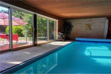 Veuillez contacter Franck Paul pour de plus amples informations : - T : +352 691 657 074 - E : franck.paul@remax.lu  RE/MAX, Spécialiste de l'immobilier à Hesperange, vous propose cette magnifique villa sur un terrain de 10,29 ares. Ce bien comporte également une piscine couverte, elle est donc utilisable toute l'année. Cette maison-villa, dans une rue à zone 30 se compose comme suit:  Rez-de-chaussée:   - Une pièce cinémascope de 30 m² environ - Un grand garage permettant de garer 2 voitures, un emplacement extérieur également.   Au premier étage:  - Un vaste hall d'entrée d'environ 18 m² - Un salon d'environ 40 m²  - Une cuisine séparée - Accès à la piscine par la cuisine ou par la terrasse  - Une salle à manger avec accès à une très grande terrasse menant à la piscine et à un vaste jardin  - Une grande chambre de 16 m²  2? étage :  - 2 grandes suites de 25 et 27 m² comportant chacune un dressing de 11 et 18 m² - Une salle de bain avec bain à remous  - Toutes ces pièces sont desservies par un vaste hall de nuit  Enfin les combles ont été savamment aménagés de sorte qu'il y a 2 espaces de vie supplémentaires pouvant servir de chambre, de bureau ou de tout autre espace détente. Il est également possible de transformer cette maison en maison bi-familiale ou de faire à la place 2 maisons jumelées (accord de principe de la commune dans les 2 cas, les plans sont consultables sur rendez-vous).   Vous serez charmé par cette maison construite en 1971 avec des matériaux de très haute qualité (toit avec des tuiles en céramique....) il y a toutefois de petites rénovations à prévoir, mais le bien a été très bien entretenu. Hesperange, commune très recherchée, bénéficie d'un cadre de vie particulièrement agréable et de tous les services (crèches, écoles, commerces...). La section communale de Fentange où se trouve la maison, jouxte le quartier de Howald avec la proximité de la Cloche d'Or et de la rue des Scillas où se trouvent de nombreux commerces et loisirs.    Frais d'agenc
