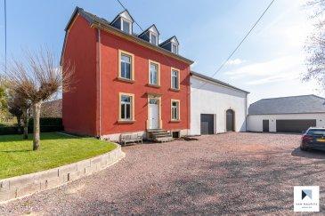Située à Welfrange, à la frontière française, cette ancienne ferme datant des années 1900 a été restaurée selon un aménagement moderne depuis 1995. L'ensemble se compose de la maison familiale ± 245 m², d'une grange en deux parties avec possibilité d'y aménager deux logements de ± 87 et 104 m² au sol et d'un garage ± 92 m².  Maison familiale ± 245 m² : Le rez-de-chaussée, accessible par un hall ± 8 m², avec un vestiaire ± 12 m² comprend un espace de vie composé d'une cuisine ± 17 m², d'une salle à manger ± 17 m² (parquet au sol) d'un salon ± 18 m² et d'un wc séparé ± 3 m².  Le premier étage se compose de trois spacieuses chambres de ± 15, 17 et 18 m², d'une salle de bain ± 19 m² (douche, WC, et double vasque) et d'un bureau ± 5 m².  Sous les combles, l'espace parental consiste en une grande pièce ouverte ± 64 m² avec salle de douche ± 8 m² en suite (douche, lavabos double vasque et wc). De grands Velux apportent luminosité et style à cette espace.  Le sous-sol comprend une buanderie, deux caves de ± 13 et 29 m² et la chaufferie ± 11 m² (chaudière mazout, arrivée du gaz de Ville prévue).  Grange: La grange, d'une surface de ± 200 m² au sol, peut être transformée sur plusieurs étages (nouvelle construction possible). La charpente ainsi que les ardoises de la toiture sont neuves.  Garage: Un garage de ± 92 m² pouvant accueillir 4 à 5 voitures fait partie de l'offre.  Jardin et terrasse: Le terrain, d'une superficie de 25ar19ca, et une terrasse ± 79 m² accessible depuis la grange complètent cette superbe offre.   Détails complémentaires:  - Châssis bois, double vitrage - Chaudière au mazout (cuve de 3000L dans la cave) - gaz de ville prévu - Adoucisseur d'eau - Equipements électriques: alarme, électricité, internet haut débit (30mb de débit) - Porte de garage électrique - Arrêt de bus Op der Plaz - Crèche Arc en ciel et école primaire à proximité directe - Restaurants et petits commerces - Situation recherchée, village calme et proche de tout service avec les connexions