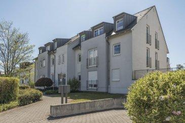 A vendre, Appartement de 91m2 avec 2 chambres et place de parking souterrain à Sandweiler RE / MAX Real Estate Services à Sandweiler vous propose en vente exclusive ce bel appartement spacieux, fonctionnel et lumineux, comprenant un parking souterain. L'appartement est situé au deuxième et dernier étage d'une résidence à 6 unités construite en 2004. L'appartement a environ 84 m2 de surface habitables et est en très bon état et bien entretenu. Grâce au balcon orienté à l'ouest d'environ 5 m², le salon et le reste de l'appartement semblent très lumineux et confortables et donnent à l'appartement un caractère de très haute qualité.  Cet appartement se compose comme suit: Entrée spacieuse et baignée de lumière avec un placard intégré, WC séparé, salle de bain à la lumière du jour (avec fenêtre), WC, baignoire et douche. 2 chambres d'environ 12,00 et 11,00 m2, ainsi que le salon spacieux d'environ 20 m2 avec accès direct au balcon. Cuisine entièrement équipée (incluse dans le prix d'achat) avec un débarras attenant.  Au sous-sol: 1 cellier privé, ainsi qu'une buanderie commune et une salle de séchage.  Egalement au sous-sol, un grand parking privé dans le garage souterrain appartenant à la propriété.  L'appartement est situé dans une rue résidentielle calme de Sandweiler à proximité immédiate de toutes les commodités pour les besoins quotidiens (banque, bureau de poste, boulangerie, restaurants). L'arrêt de bus est à seulement 80 mètres. Contact : Richard Frings  T : +352 621 763 232  E : richard.frings@remax.lu Ref agence :5096317