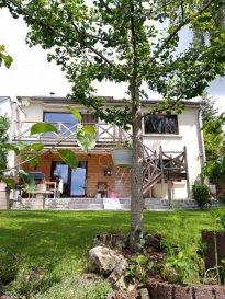 REAL G IMMO vous présente une coquette maison individuelle libre de 4 côtés, sur un terrain de 6,5 ares, SANS VIS-A-VIS, et d\'une surface habitable de +/- 180 m² se composant comme suit :<br><br>Au RDC : Hall d\'entrée, une pièce très lumineuse composée d\'un salon/salle à manger de 45m² avec accès au balcon menant vers la terrasse et jardin, cuisine équipée séparée, une salle de douche avec wc.<br><br>Au niveau inférieur : 2 salles de bain, 2 chambres, 1 chambre parentale avec dressing d\'une superficie de 25 m² menant directement vers la terrasse et le jardin. <br><br>Grenier aménagé : une grande chambre à coucher avec espace dressing.<br><br>Extérieur : Terrasse avec marquise, jardin sans vis-à-vis exposé plein sud, Garage 1 véhicule, Parking extérieur pour 2 véhicules, une cave, viennent compléter cette charmante maison.<br><br>Cette maison est proche de toutes les commodités, très bien située, proche des zones commerciales de Bertrange ou Foetz, à 15 minutes du Centre-Ville de Luxembourg et 25 minutes du plateau de Kirchberg.<br><br>Pour plus de renseignements ou une visite (visites également possibles le samedi sur rdv), veuillez contacter le 28.66.39.1.<br><br>Les prix s\'entendent frais d\'agence de 3 % TVA 17 % inclus.<br><br>Les visites ont repris, et nous sommes heureux de pouvoir à nouveau vous revoir ! Notre équipe sera équipée de gants et de masques afin de vous recevoir ou vous faire visiter nos biens en toute sécurité. <br>