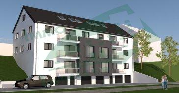 """Duplex situé au 3ème étage et combles de la résidence EMERAUDE, composé au 3ème étage par un hall d'entrée, un débarras, un WC séparé et un séjour avec une cuisine (non équipée), un balcon et aux combles un hall d'entrée, 2 chambres à coucher et une salle de bain.  Le bien compte également un emplacement/parking extérieur et un emplacement/parking intérieur, ainsi qu'une cave au rez-de-chaussée.   Le projet sera construit sur un terrain d'environ 14 ares situé dans la rue Bettlange du village de Harlange.  Sa situation géographique apporte de nombreux avantages, aussi bien au niveau des déplacements professionnels que des déplacements de loisirs, à deux pas du lac de la Haute Sure et du centre commercial """"KNAUF Center"""" à Pommerloch.  L'accès à l'entrée principale de la résidence et du parking se trouve sur la façade principale.   La résidence abrite 8 appartements, dont 2 au 1er étage, 2 au 2ème étage et 4 appartements repartis au 3ème étage avec combles. Vous aurez le choix entre 4 appartements à 1 chambre à coucher et 4 appartements à 2 chambres à coucher.  La maçonnerie sera réalisée avec du bloc bisomark isolant. Les menuiseries extérieures seront équipées de fenêtres triple vitrage et de volets électriques. La toiture sera isolée et recouverte d'ardoises. Tous les aménagements et matériaux employés seront de grande qualité et toutes les finitions seront très soignées; seules des entreprises qualifiées et expérimentées seront retenues pour atteindre nos objectifs de qualité.   La résidence est réalisée dans un esprit écologique pour le respect des générations futures. Elle atteint un niveau de performance énergétique de classe A grâce à une pompe à chaleur, une ventilation mécanique contrôlée et des panneaux solaires qui garantissent le chauffage et l'eau chaude. En ce qui concerne l'isolation thermique du bâtiment, on atteint un niveau de classe A.  Afin de rester fidèle à cet esprit écologique nous vous conseillons d'opter pour un fournisseur d'énergie verte q"""