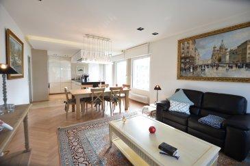 B&C Immobilière vous propose à la location un appartement meublé et équipé de grand standing. Nous mettons tout en œuvre pour que nos locataires bénéficient d'un certain standing : par la qualité des appartements et leur aménagement, ainsi que par le confort.   Cet appartement est un bien de haut standing entièrement meublé et complètement équipé dont la décoration est très soignée. Le mobilier est choisi pour sa solidité et ses qualités esthétiques.   L'appartement se situe au deuxième étage, avec ascenseur, dans la résidence