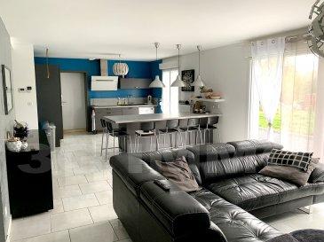 A découvrir en Exclusivité avec 3G Immo à Montmédy, maison individuelle construite en 2016 de type rez-de-chaussée plus un étage d'environ 130m² habitables et de 25m² de surface sol offrant 5 chambres ou 4 chambres et 1 bureau.  Le rez-de-chaussée se compose d'un hall d'entrée, d'une belle pièce de vie « en L » avec cuisine équipée, le tout sur 50m² avec accès terrasse (30m²) exposée plein sud et terrain via une large baie vitrée et une porte-fenêtre. Nous retrouvons également 1 chambre ou 1 bureau (9,5m²), un WC et un garage de 15,5m². A l'étage 4 chambres (12 / 11,5 / 14 et 13m² avec coin dressing), un wc séparé, une salle de bain entièrement carrelée de 6m² avec meuble vasque, baignoire et douche et une mezzanine de 7,7m².  Terrain d'environ 12,5 ares avec vue dégagée plein sud et partie pelouse et allées devant la maison.  Sols entièrement carrelés sauf parquet flottant dans les chambres. DV PVC, toiture tuile avec écran sous-toiture, chauffage gaz avec ballon thermodynamique, tubage poêle à pellets réalisé dans la pièce de vie, assainissement tout à l'égout, combles isolés avec 40 cm de ouate projetée, vide sanitaire.  Située à 10 minutes des frontières belges et 40 minutes des frontières luxembourgeoises. Taxe foncière d'environ 1200€ par an.   Le prix inclut nos honoraires Pour tous renseignements : Grégory Lambermont : 06.42.85.79.02  François Lambermont : 06.23.51.05.74  www.lambermont-immo.com  www.3gimmobilier.com/lambermont  Mandataires indépendants du réseau 3G Immo Consultant immatriculés au RSAC de Briey N°524 212 917 et N°791 005 580