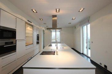 A vendre, sur les hauteurs de Grevenmacher, spacieuse et récente villa (2010) sur un jardin arborée de 14a16ca.  A partir du généreux hall d'entrée, avec une belle hauteur sous plafond de 6,20 m, vous accèderez à un double living/salle à manger de 76 m2, donnant sur la terrasse et le jardin arrière. Sur votre gauche s'ouvre une moderne cuisine équipée de 31 m2, très bien équipée (four, four à vapeur, microondes, chauffe-plats, etc.). A droite du hall d'entrée, un hall avec placards intégrés, un WC visiteurs de 3,15 m2 et une chambre bureau de 21,60 m2.  Cet étage est doté d'une hauteur sous plafond de 2,85 m, avec des très belles portes de qualité de 2,32 m x 94 cm.  Un escalier en granit mène à l'étage supérieur. A gauche vous rentrerez dans la partie parentale, composé d'un dressing de 14,50 m2, avec 4 armoires, d'une salle de bains de 20 m2  avec baignoire et douche italienne et d'une chambre à coucher de 19,35 m2.  Au milieu de la mezzanine vous disposerez d'une belle chambre de 17,70 m2, donnant sur la loggia. A droite de l'escalier, deux autres grandes chambres à coucher de 20,30 m2, une salle de douche de 9,00 m2.   Les chambres sont équipées de climatiseur, et les fenêtres avec châssis en bois, triple vitrages anti effraction et système de sécurité, disposent de moustiquaires intégrés.  Vous trouverez les même typologie de fenêtres dans les autres étages de cette villa.   Au sous-sol trouvent place un grand hall avec placards intégrés, deux chambres hobby/amis/bureau respectivement de 16,60 m2 et 14,05 m2, un WC séparé, le local buanderie de 17,60 m2, le local technique et  un grand garage pour 4 voitures de 66 m2.  Chauffage au sol, pompe à chaleur, et possibilité de réaliser 3 chambres supplémentaires sous combles.  Visite possibles à votre convenance et signature du bon de visite demandé.  D'autres biens sur www.venice-consulting.lu       Ref agence :2172864