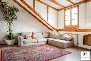 Maison mitoyenne 4 chambres à Mensdorf Située à Mensdorf, cette agréable maison mitoyenne, en très bon état général, présente une surface habitable de ± 161 m². Elle se présente comme suit : Au rez-de-chaussée, un hall d'entrée ± 12 m² dessert un salon ± 27 m², une toilette pour invités ±3 m² ainsi qu'une cuisine équipée ± 9 m² et un espace salle à manger ± 13 m², une chaufferie ± 3m². Une agréable terrasse ± 40 m² complète ce niveau. Au 1er étage, un palier ± 6 m² dessert trois chambres de ± 9, 11 et 14 m², une salle de bain ±13m² avec baignoire, douche, lavabo. Un wc séparé complète le 1er étage. Au 2ème étage, une grande salle multifonctionnelle (bureau) ± 32 m² ainsi qu'une chambre de ±12m². Le sous-sol abrite une cave ± 10 m², une cave à vin ± 5 m² et un garage ± 18 m².  Généralités: Possibilité de louer ou d'acheter du terrain derrière la terrasse La maison a été rénovée en 2014; Multiples placards