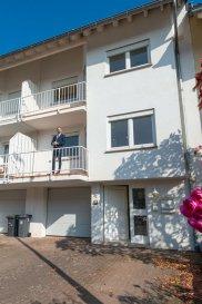 RE/MAX, vous propose une maison unifamiliale en vente sur Dommeldange de 206 m2 habitables, se situant dans un quartier calme et proche de la ville de Luxembourg et du centre d'affaires du Kirchberg, se composant de deux appartements séparés.   Au Rdc : Hall d'entrée, garage, plusieurs caves.  Au 1er étage : 1 chambre à coucher avec accès au balcon, un living avec accès à la veranda et terrasse, jardin, cuisine équipée, une salle de bain, WC séparé.   Au 2ème etage : grand living, cuisine équipée avec accès au balcon, salle de bain avec douche italienne, WC séparé.  au 3ème étage : 3 chambres à coucher.   Extérieur : véranda, terrasse, jardin, garage, 3 caves.