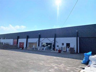 BELARDIMMO vous propose à la vente en exclusivité un lot d\'immobilier commercial et industriel sur la commune de Yutz.<br><br>Situé dans la rue des Métiers ( zone industrielle ), le lot a une totalité de 1599 m² .<br><br>Le premier lot est un entrepôt de 350 m² avec une hauteur de 7m90 sous plafond, actuellement utilisé pour de la marbrerie. Le local dispose d\'une évacuation pour les eaux usées, installée pour l\'utilisation des machines a découpe de marbre; d\'autres professions peuvent y être installées, avec de nombreuses différentes possibilités d\'aménagement. <br><br>Le deuxième lot est composé de 2 bureaux, de deux grands espaces showroom de 362 et 178 m², d\'un grand parking, d\'un WC et d\'un dépôt de 210 m². <br>Anciennement utilisé comme un showroom de marbrerie, il est possible de faire de nombreux aménagements différents pour moduler selon l\'activité voulue.<br><br>Il est également possible d\'en faire un investissement locatif en louant la partie showroom et en créant des bureaux séparés. <br><br>Le PLU permet de créer un appartement au dessus du niveau actuel de ces deux lots.<br><br>Le troisième lot est un immeuble composé de 3 bureaux et 3 locaux commerciaux en partie déjà loué . <br>Deux locaux sont déjà loués au prix de 500 et 800 euros mensuels. <br>Il y a encore possibilité de louer les 3 bureaux au prix de 300 euros chacun (idéal pour professionnels indépendants). <br>Le dernier local/showroom peut être loué au prix de 900 euros mensuels, avec la possibilité d\'exposer de produits de vente ainsi que d\'autres bureaux. <br>Le tout pour un total de 3.100 euros de revenus locatifs mensuel sur ce dernier lot . <br><br>Deux places de parking complètent ce bien . <br><br>La rentabilité brut est de 7 % sur les 3 lots totaux . <br><br>Quelques travaux de rafraichissement et d\'aménagement sont à prévoir sur la totalité des lots .<br><br>Pour plus d\'informations ou une éventuelle visite, contactez M. Palmucci au +352 691 105 887 .<br>