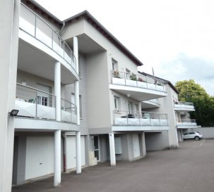 A SAISIR !  POUR PARTICULIERS OU INVESTISSEURS  Nous vendons à CREUTZWALD (Moselle), situé parfaitement au calme en retrait des voies de circulation, et pourtant à proximité immédiate du centre-ville ;  un très bel appartement de Type 3 particulièrement lumineux, avec son garage et sa place de parking privatifs.  Il est situé au 2ème étage sur 3 d\'une très belle résidence construite en 2008 et offre sur 79,24 m2 :  Un salon, séjour et cuisine de 48,97 m2 donnant sur un balcon privatif de 11,27 m2, Deux chambres de 12,60 et 11,02 m2 Une salle d\'eau (douche) de 5,42 m2 WC séparé  Avec aussi, un garage privatif de 23 m2 Une place de parking privative située juste devant l\'entrée de l\'immeuble.  *** Double vitrage PVC OB *** Chauffage central au gaz naturel *** Electricité aux normes *** Taxe foncière 628 €. *** Charges de l\'ordre de 105 € par mois (eau, honoraires du syndic, assurance de l\'immeuble, entretien des communs et de l\'extérieur, entretien de la chaudière et de la VMC).  Nombre de lots 16 Pas de procédure en cours   IL N\'Y A AUCUNS TRAVAUX A PREVOIR.  CONTACT :  Gérard STOULIG – Agent commercial au 06 03 40 33 55  WIR SPRECHEN DEUTSCH