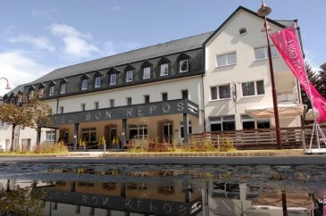 A VENDRE Complexe hôtelier avec finitions de haut standing comprenant : Restaurant de +/- 80 places Café - Bar de +/- 40 places Hôtel comprenant 24 chambres équipées Deux Appartements duplex avec 3 chambres  REGION Dans le cœur de la pittoresque