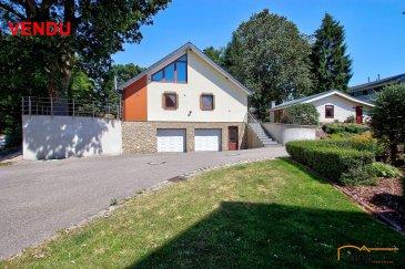 ***VENDU***Propriété au Nord du G.-D.Luxembourg,  constituée de 2 lots, à savoir une maison unifamiliale, construite en 2000, érigée sur un terrain de 4 ares 68 centiares et d\'un chalet de vacances construit sur un terrain de 5 ares 33 centiares. <br><br>L\'ensemble de 10,01 ares est vendu dans sa globalité!<br><br>Les 2 lots possèdent chacun un numéro cadastral séparé. Le chalet se prête idéalement bien pour location de vacances mais aussi pour location à l\'année étant donné qu\'il y a possibilité d\'y faire enregistrer sa résidence principale. <br><br>DESCRIPTION:<br><br>MAISON: surface habitable 120m2 <br><br>SOUS-SOL:<br>- cage d\'escalier<br>- grand garage pour 4 voitures (73 m2) hauteur porte (2 m) avec coin chaudière<br>- local technique (12,90 m2)<br>- caves (21,15 m2)<br><br>REZ-DE CHAUSSEE:<br>- hall d\'entrée (5,60 m2)<br>- WC séparé (1,23 m2)<br>- séjour (32 m2)<br>- cuisine équipée (9.50 m2)<br>- débarras (2 m2)<br>- salle de bain (6,15 m2)<br>- véranda (17,61 m2) datant de 2014 avec accès direct sur terrasse en bois (25 m2) et équipée d\'armoires et d\'une cuisinière au gaz<br><br>ETAGE 1:<br>- chambre à coucher avec armoire intégrée (22,05 m2)<br>- chambre à coucher (17,20 m2)<br>- salle de douche avec WC (2,95 m2)<br><br>ASPECTS TECHNIQUES:<br>- gros-oeuvre construit en dur et construction en ossature bois<br>- façade recouverte d\'un crépi<br>- toiture recouverte d\'ardoises en fibre-ciment<br>- chaudière à pellets de 2014<br>- châssis en PVC double vitrage<br><br>EXTERIEURS:<br>- serre <br><br>CHALET: surface habitable 40 m2<br><br>- espace entrée (1,25 m2)<br>- séjour avec cuisine équipée (25,41 m2) <br>- 1 chambre à coucher (9,47 m2)<br>- 1 salle de douche avec WC (2,88 m2)<br>- local technique (1,25 m2)<br>- terrasse en bois<br><br>ASPECTS TECHNIQUES:<br>- construction en dur<br>- plancher en bois<br>- façade recouverte de lamelles en PVC<br>- toiture recouverte de tôle profilée<br>- chauffage sol (raccordement à la maison)<br>- châssis PVC et