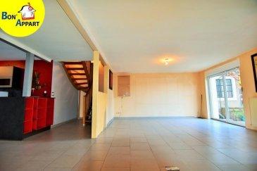 Grand appartement en duplex avec terrasse et garage.<br />Il se compose d\'une entrée, d\'une cuisine équipée récente (2 ans) avec cellier et buanderie ouverte sur une grande pièce à vivre donnant accès a une terrasse de 50m².<br />Au premier étage trois chambres dont une avec dressing, une salle de bain avec toilette et un espace de rangement ou dressing sur le pallier.<br /><br />Adoucisseur d\'eau, chauffage gaz, double et triple vitrage, garage...sont quelques avantages parmi d\'autres de ce bel appartement.<br />nombre de lots principaux : 8<br />Charges mensuel de copropriété : 108 euros