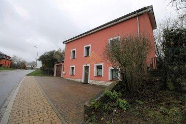PAS DE VIS-À-VIS  Idéalement située dans le village de Holzem, Real G Immo vous propose en exclusivité cette jolie maison individuelle.  Elle est agencée de la manière suivante :  Au rez-de-chaussée : oHall d\'entrée, oCuisine équipée ouverte sur la salle à manger, oGrande salle de bain avec baignoire et WC.  Au 1er étage : oSalon / salle à manger, o1 chambre à coucher.  Au 2ième étage : o2 chambres à coucher, oWC indépendant, oHall avec dressing.  Les atouts supplémentaires : oGarage avec porte motorisée, oAtelier avec Four en pierre naturelle, oJardin, oDouble vitrage PVC, oCarrelage dans toute la maison, oChaudière révisée, oToiture et façades récentes, o4 emplacements de parking extérieur.  Ce bien sera disponible à partir de Juillet 2020.  Pour plus de renseignements ou une visite (visites également possibles le samedi sur rdv), veuillez contacter le 28.66.39.1.  Les prix s\'entendent frais d\'agence de 3 % TVA 17 % inclus.  Ref agence :B73083