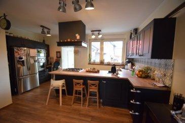 ----------SOUS COMPROMIS----------Exclusivité, ImmoHouse vous propose cette charmante maison libre des 3 cotés située dans une rue très calme de Dudelange.  Sur un terrain de 2,01ares et une surface habitables de 135m² cette belle maison rénovée avec dalles en bétons se compose de :  Au rez de chaussée: - Un agréable hall d'entrée - Un joli salon/salle à manger avec accès terrasse et jardin - Une belle cuisine équipée ouverte sur la pièce de vie - Un espace de rangement - Un wc séparé - Une belle terrasse et son petit jardin  Au 1er étage: - 2 chambres à coucher - Une salle de douche avec wc et fenêtre  Au 2ème étage: - Une belle suite parentale avec dressing et salle de bain - Un wc séparé  Au sous sol: - Une quatrième chambre ou espace bureau - Une cave et divers espaces rangements - Une buanderie  A cela s'ajoutent : un grand garage fermé avec emplacements extérieurs.  Une superbe maison à découvrir rapidement....