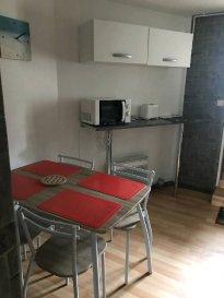 Réf: 5938  Studio meublé avec coin chambre de 35 m² à louer à l\'année secteur Berck Plage centre en rez-de-chaussée avec un petit extérieur:   Entrée, cuisine équipée, salle d\'eau avec wc et un coin séjour / nuit   Loyer: 380€ Charges: 40 € (eau comprise pas d\'EDF)  1 mois de caution   frais d\'agence:230 €  Libre  Réf: 5938