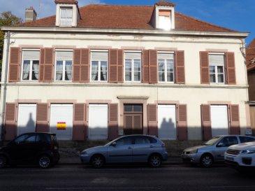 Rue du Général de Gaulle, au rez de chaussée d'une petite copropriété, appartement 3 pièces de 57m², RENOVE, comprenant une entrée, une cuisine, un salon-séjour, deux chambres. Chauffage individuel au gaz. Garage, Jardin. Disponible de suite.