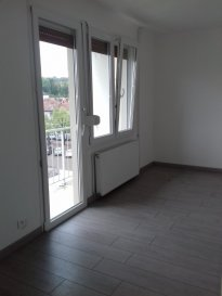 Appartement rénové, au dernier étage, comprenant entrée, cuisine équipée et aménagée, séjour avec balcon, 2 chambres, salle d'eau, WC et garage.