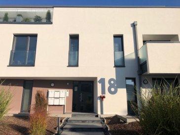 RE/MAX spécialiste de l'immobilier au Luxembourg vous propose à la location ce charmant appartement qui se compose comme suit : - 1 chambre à coucher avec accès direct à une salle de douche - Cuisine ouverte équipée - Salon avec accès à un petit débarras - Balcon - WC séparés - Garage intérieur - Cave  Cet appartement très lumineux se trouve proche de toutes les commodités de Steinfort.