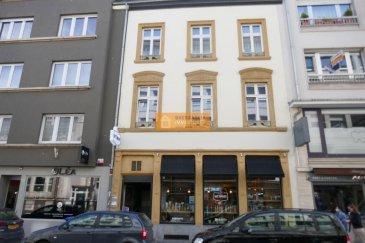 Beau bureau avec un espace ouvert situé au 1er étage d\'une bel immeuble au centre de la Ville de Luxembourg.<br><br>Le bureau dispose de:<br>Hall d\'entrée, grand espace ouvert, cuisine équipée et salle de douche avec WC.<br><br>