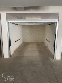 L\'agence immobilière Christine SIMON, vous propose un  garage box fermé à Esch sur Alzette centre dans la rue du Moulin , dans un nouveau parking intérieur. Nous disposons d\'une dizaine  de garages box fermé Disponibilité immédiate Loyer mois/par emplacement  150 € Caution 1 mois de loyer  Frais d\'Agence 1 mois de loyer plus TVA = 175,50 € à charge du locataire. Pour de plus amples renseignement n\'hésitez pas à nous contacter au info@christinesimon.lu ou cs@christinesimon.lu Ref agence : Garage box fermé