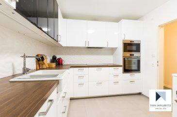 Situé à deux pas de la gare de Bettembourg, cet appartement de 3 chambres, entouré de tout transport et tout service, est situé au deuxième étage d'un immeuble en copropriété entretenue et conviviale.  D'une surface habitable nette de ±123 m², l'appartement se compose comme suit :  Passé la porte d'entrée, un hall de ±7 m² donne immédiatement accès à une première chambre de ±15 m². Dans le prolongement du hall, un couloir de ±6 m² permet d'accéder aux différentes autres pièces de l'appartement, savoir : la cuisine équipée de ±9 m², suivie d'une salle à manger de ±19 m² et d'un salon de ±17 m² dans le prolongement.  Toujours depuis le couloir, nous pouvons accéder au WC séparé de ±2 m², à la salle de bain de ±7 m² avec douche, baignoire et WC, à la buanderie de ±3 m² et aux deux dernières chambres de respectivement ±13 m² et ±21 m². Cette dernière dispose d'un balcon de ±5 m².  L'offre se complète par une pratique cave au sous-sol, ainsi que d'un emplacement de parking dans le garage commun.  Détails complémentaires :  Bâtiment de copropriété en bon état Revêtement linoléum dans les chambres Double vitrage, châssis PVC, Autoroutes / bus / train/ aéroport à proximité ; Situation recherchée, proximité gare et centre ville. Proche de toute commodité et tout service.  Agent responsable  du dossier: Gaëtan Lupinacci Email : gaetan@vanmaurits.lu GSM : (+352) 671-157-120
