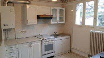 Appartement avec balcon, comprenant  entrée, cuisine équipée, séjour, 2 chambres, salle d'eau, buanderie et place de stationnement couverte.