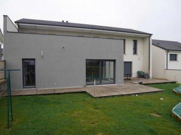M572530 A VENDRE A COURCELLES SUR NIED sur 660m² de terrain , MAISON récente de 2012 ,confort moderne et prestations soignées caractérisent les plus de 200m² habitables, Au Rdc un ESPACE VIE  de 83 m² composé de 45m² de séjour et de 29m² de cuisine très fonctionnelle le tout de plain pied avec la terrasse et le jardin et sa piscine , WC , garage de 45m² et buanderie de 12m² A L'ÉTAGE une salle de douche meublée , 2 CHAMBRES  de 14m² et  dressing de 3.5m² chacune et une suite parentale de 31m² avec chambre salle de bains baignoire et meuble et dressing de 6m² , A L'ÉTAGE UNE GRANDE TERRASSE DE 42M² accessible des chambres pour un vrai bain de soleil . Le jardin exposé SUD est clos et protégé des vues , avec l'agrément d'une vaste terrasse et piscine . La maison est bien équipée , Le poêle à pellet permet un confort de chauffe très économique moins de 600' à l'année , les équipements et rangements sont nombreux , aspiration centrale pour le coté pratique et efficace  , volets électriques ,  construction de grande qualité avec un soin tout particulier à l'isolation. A SAISIR A COURCELLES SUR NIED voisin de MARSILLY ARS LAQUENEXY JURY PANGE OGY LA GRANGES AUX BOIS ET METZ CENTRE A 20 MINUTES et  à proximité des hôpitaux, les voies rapides et autoroutes ... Pour plus d'informations Philippe DELAPORTE, Conseiller spécialiste du secteur, est à votre entière disposition au 06 86 27 69 62 . Honoraires à la charge du vendeur.