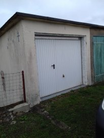 Garage en très bon état avec porte neuve comprenant portillon, facile d'accès, avec place à l'avant. Très propre. Pouvant servir à du stockage ou stationnement. Disponible de suite.